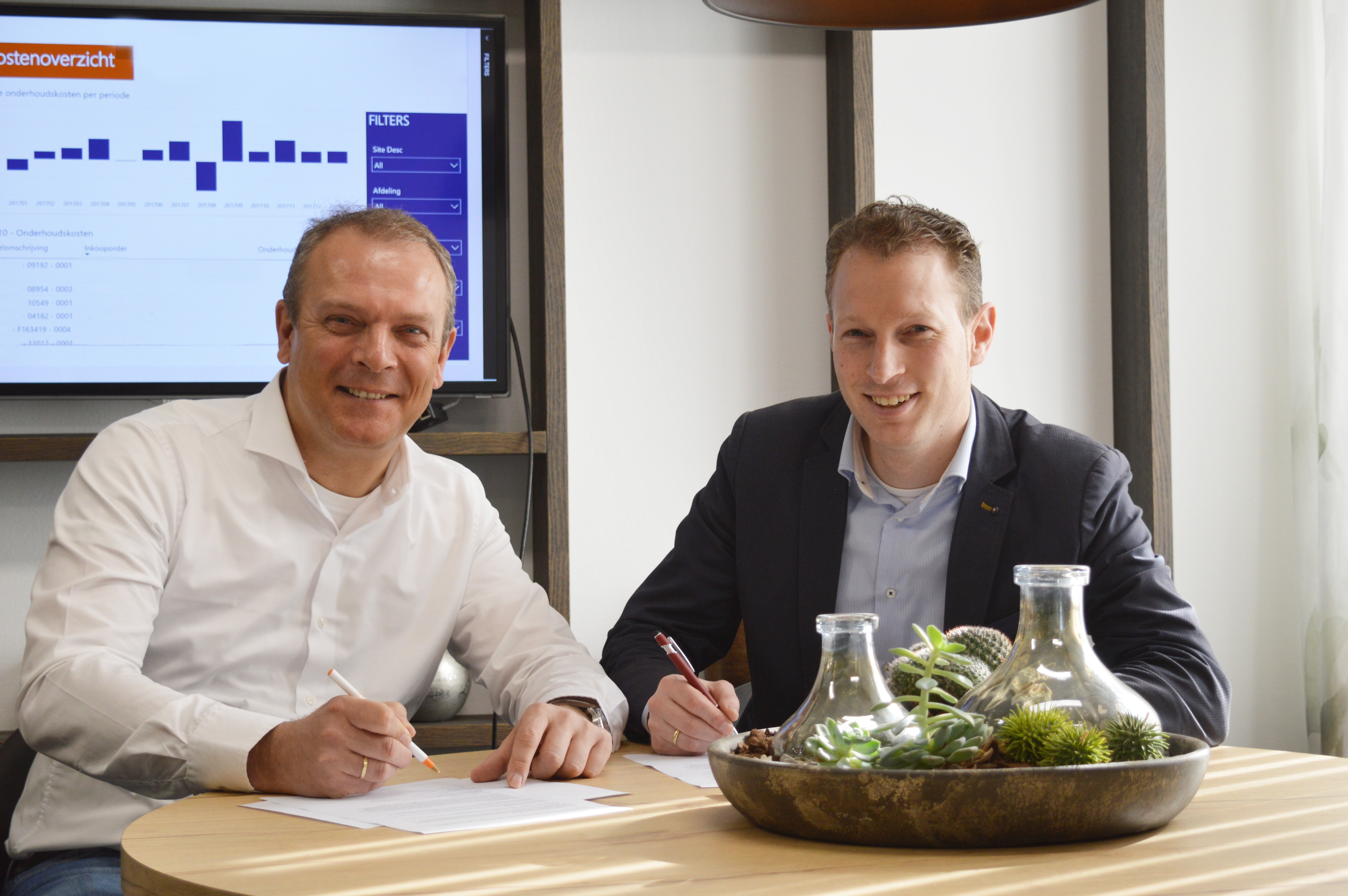 Gerrit Valkenburg van SforSoftware en Klaas Mollema van Hillstar tekenen een samenwerkingsovereenkomst-2